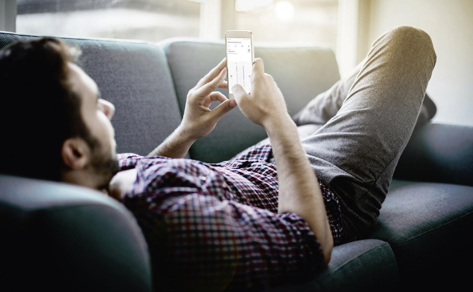 kille-smartphone-soffa